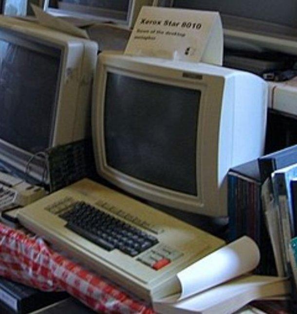 Una computadora vieja.