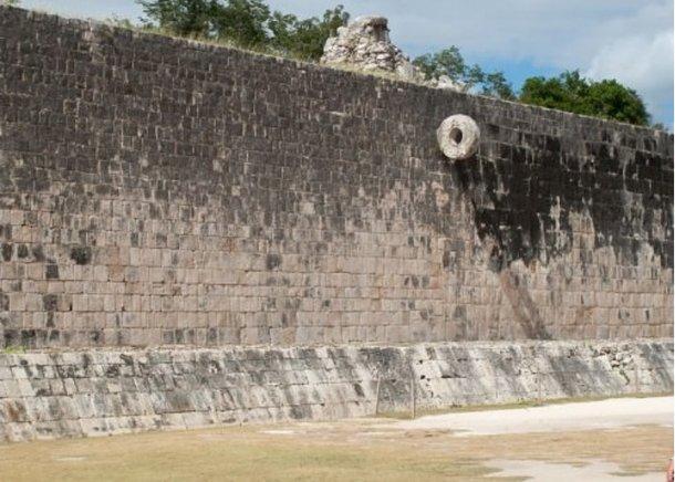 Muro limítrofe de la cancha con borde